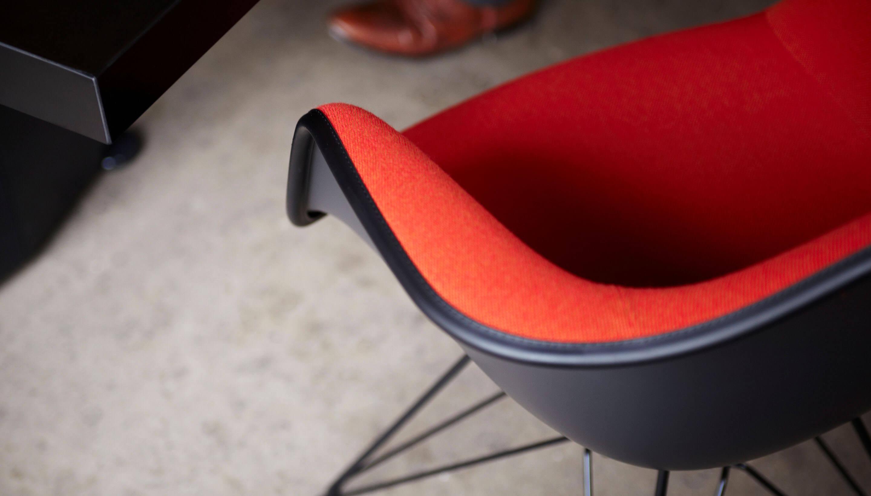 Vitra Eames Kussen : Vitra eames plastic armchair dar volledig bekleed stoel