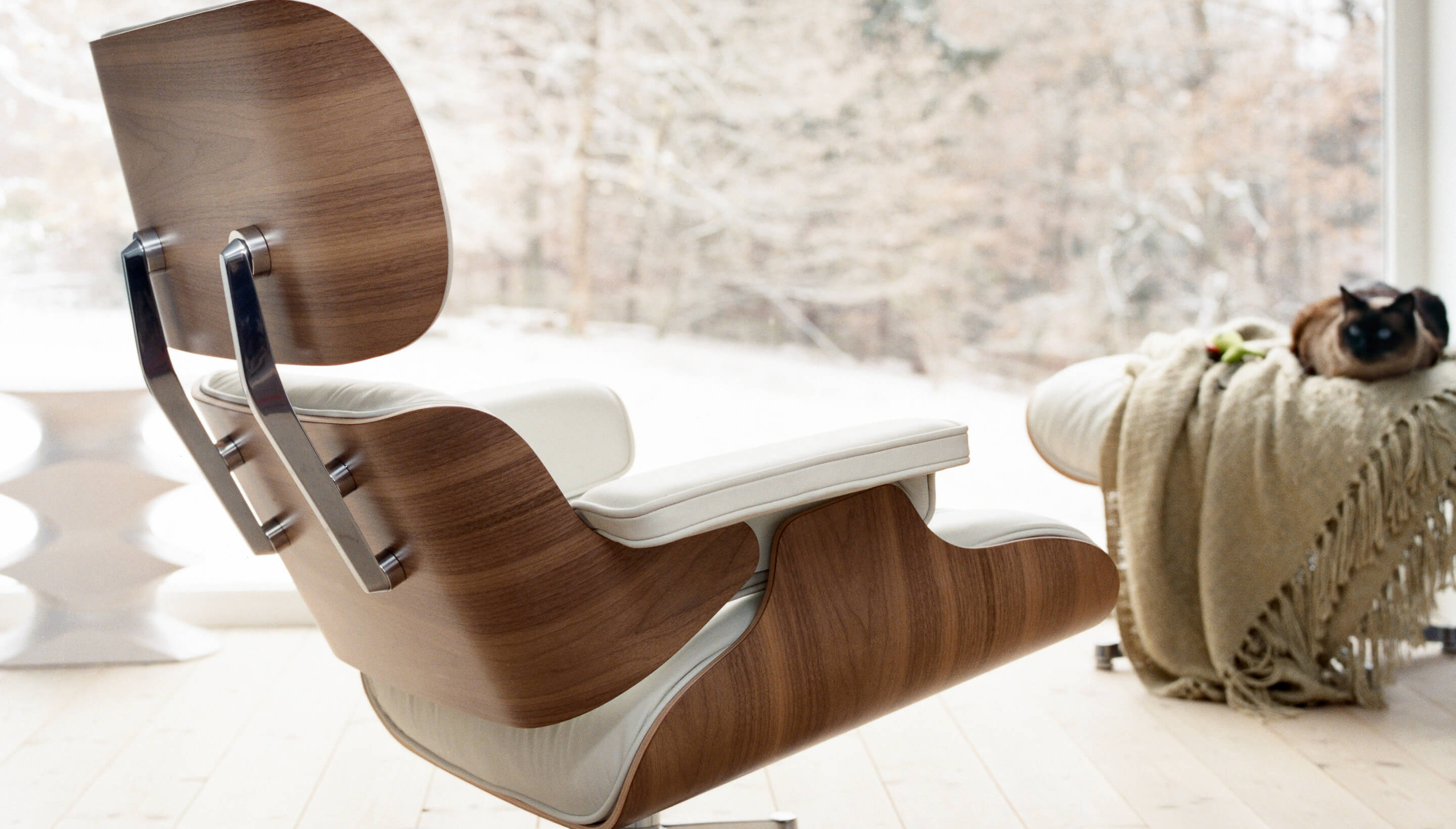 Vitra Stoel Wit : Vitra lounge chair notenhout wit workbrands